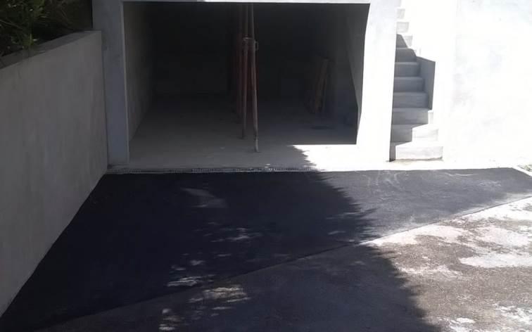 Enrobé avec garage en parpaings