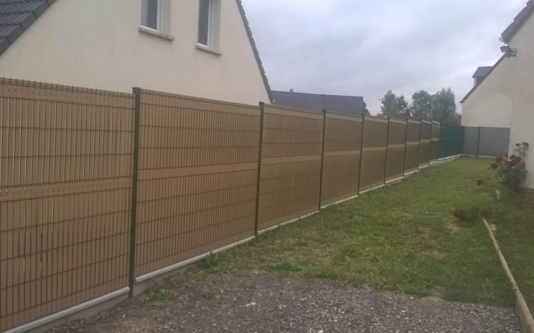 Réalisation d'une clôture en panneaux rigide avec occultant