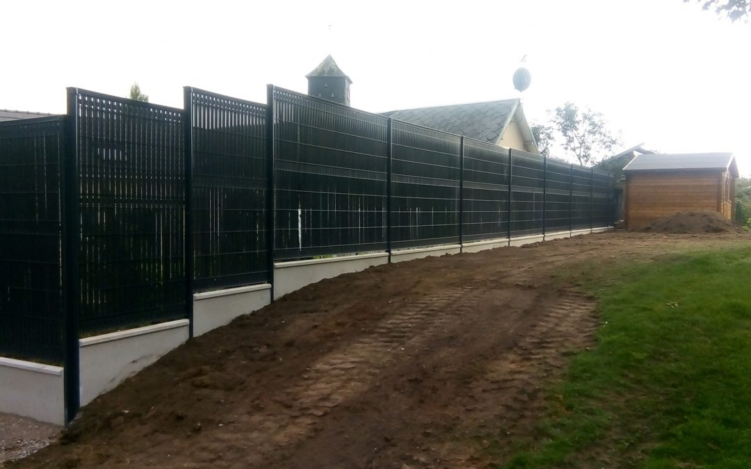 Pose de clôture rigide, soubassement plaque béton et occultant